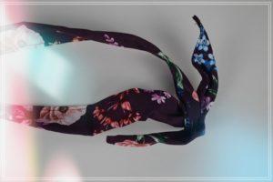Foulard en mousseline de polyester imprimé grands feuillages bleu, noir sur fond écru. Longueur : 137 cm Largeur : 67 cm Largeur d'un feuillage : 35 cm. Ce foulard a un beau tombé et assez lourd, et est très fluide. Vous pourrez le porter sur les épaules à la façon d'un châle, ou autour du cou. Il a des tons très sobres et épurés. Il pourra accompagner de nombreuses tenues d'été comme d'hiver, habillées ou non. Lavage à 30° sans essorage- Repassage doux