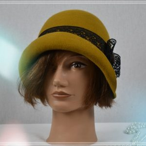 Chapeau cloche couleur or noir ruban dentelle noir et bouton ton sur ton