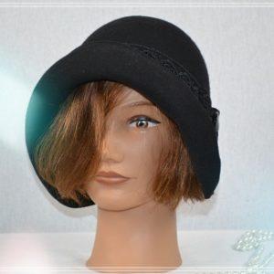 Chapeau cloche noir ruban dentelle noir et bouton couture