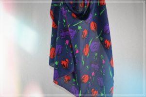 Etole mousseline de polyester imprimé tulipes rouges violet vert fond marine