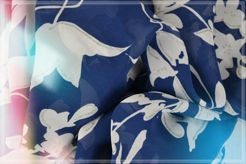 Foulard mousseline de polyester imprimé feuillage blanc fond marine et tracés argent