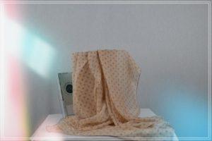 Foulard de mousseline de polyester pois taupe fond rose poudre
