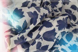 Foulard de soie imprimé fleurs et feuillages marine fond écru