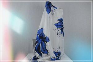 Foulard mousseline de polyester grandes fleurs bleues fond écru