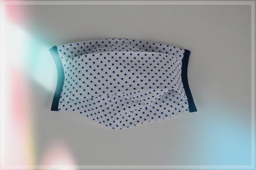 Masque tissu coton pois marine sur fond blanc